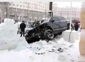 джип врезался в ледовый городок