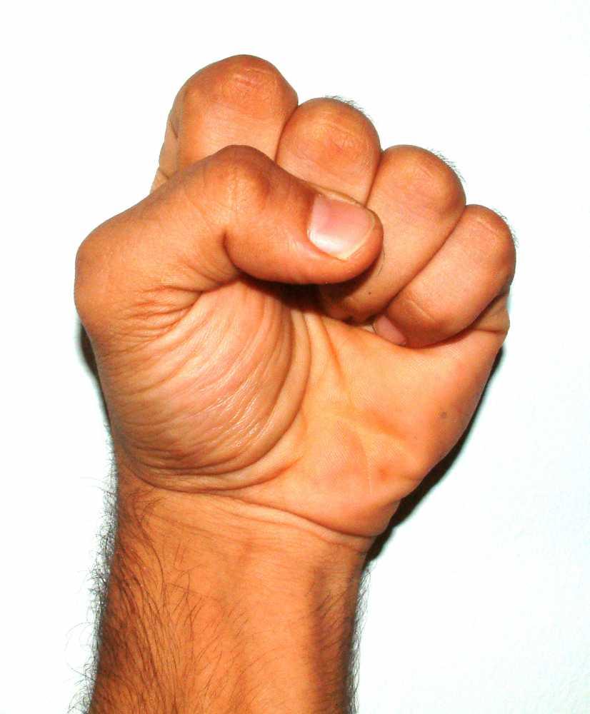 Фото как девушка покажет кулак 6 фотография