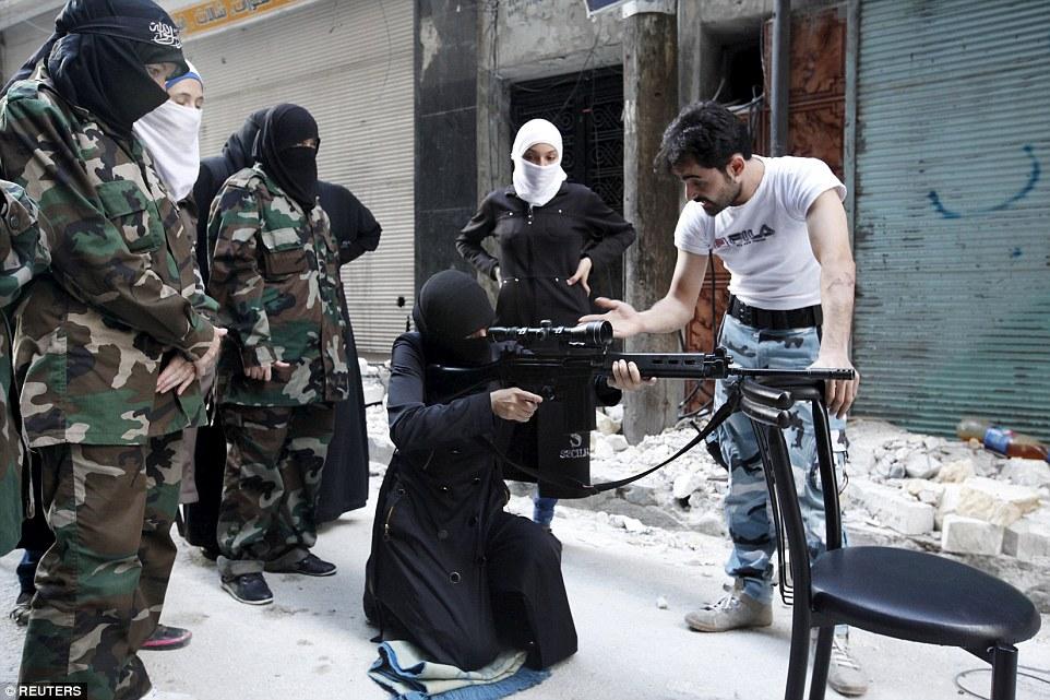 женщина боевик в Сирии
